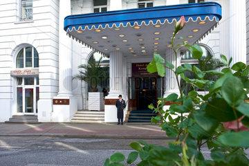 Wagenmeister vor dem Hotel Atlantic Hamburg