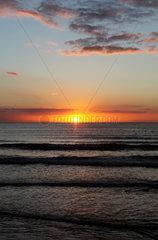 Sonnenuntergang an der belgischen Nordseek__ste in Knokke-Heist