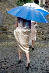 Hochzeitsg__ste im Regen