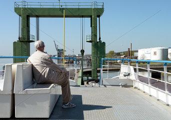 Senior auf der Faehre nach Bremerhaven