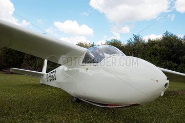 Bergheim  Segelflugzeug steht auf dem Rasen des eines Segelflugvereins