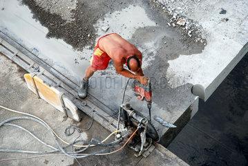 Bauarbeiter bei Brueckenarbeiten