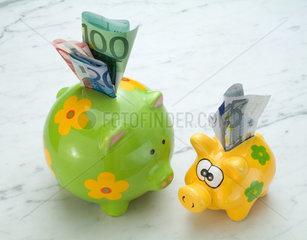 Hamburg  Sparschweine mit Euroscheinen
