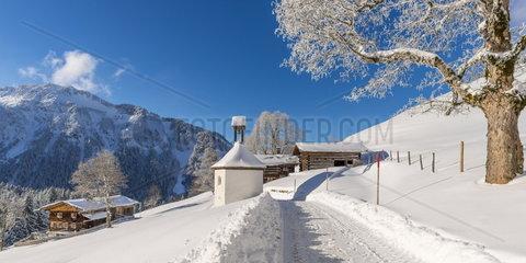 Winterlandschaft im Allgaeu mit kleiner Kapelle