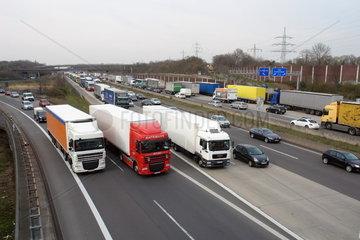 LKWs im Autobahnkreuz Koeln-Ost