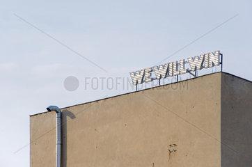 Berlin  Deutschland  der Schriftzug -we will win- auf einem Haus