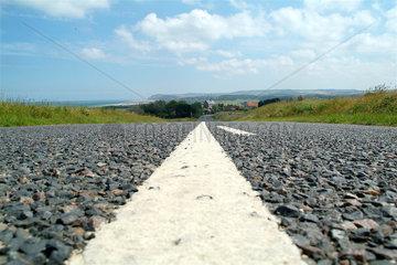 Weisse Linie auf einer franzoesischen Landstrasse