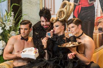 Berlin  Deutschland  Modedesigner Harald Gloeoeckler praesentiert seine Pralinen-Kreation Gloeoeckler Pralinoeoes