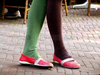 Niederlande. Amsterdam. verschiedenfarbig bestrumpft