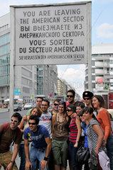 Jugendliche Touristen am Checkpoint Charlie