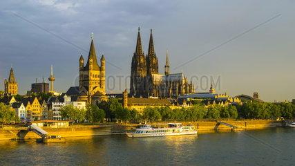 Blick ueber den Rhein auf die Koelner Altstadt im Sonnenaufgang