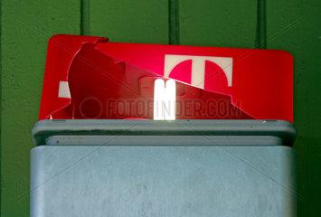 Kaputtes Dach einer Telestation der Telekom