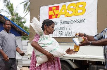 Batticaloa  Sri Lanka  Lebensmittelverteilung der Organisation ASB an einen Fluechtling