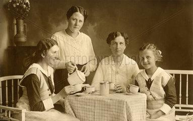 4 Frauen beim Kaffeetrinken  Immenstadt  Juni 1918