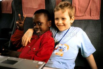 Afrikanischer und Deutscher Junge im Bahnabteil