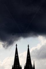 Dunkle Wolken __ber den Turmspitzen des K__lner Dom