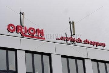 Erotisch Shoppen  Neonwerbung des Erotikkaufhaus Orion in Frankfurt (Oder)