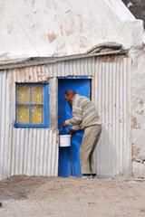 Suedafrika: Alter Mann in Fischerdorf Kassiesbaai