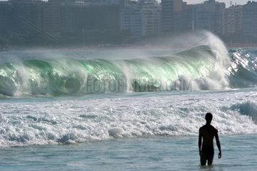 Meereswellen am Copacabana-Strand in Rio de Janeiro
