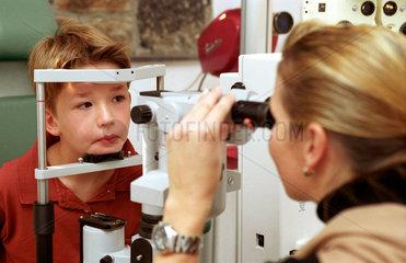 Ein Junge beim Augenoptiker