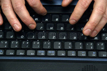 Haende und Laptoptastatur