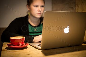 Berlin  Deutschland  eine Frau sitzt mit einem Laptop im Silo Coffee in Berlin-Friedrichshain