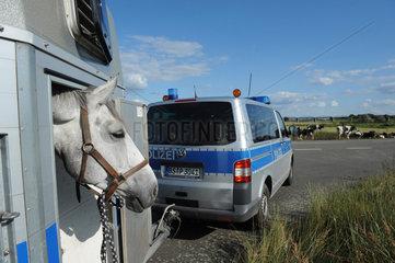 Dannenberg  Deutschland  Polizeibeamte auf dem Weg ins Biosphaerenreservat Niedersaechsische Elbtalare