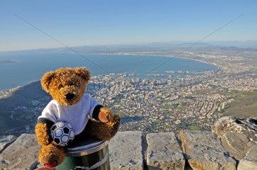 Suedafrika Fussball WM: Teddy mit Fussball ueber Kapstadt