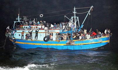 Ueberladenes Fluechtlingsboot vor Lampedusa