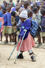 Kenia  Naro Moru  koerperbehinderte Schuelerin beim Morgenappell