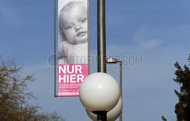Werbebanner der Bundeskunsthalle fuer Sammlung zeitgenoessischer Kunst
