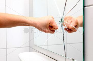Schoenheitswahn: Sebsthass  schlagendes Spiegelbild