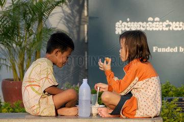 Kambodschanische Kinder beim Essen