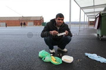 Fl__chtlinge in Calais: Essenausgabe durch die Hilfsorganisation L'Auberge des Migrants