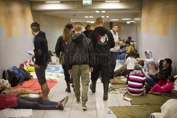 Budapest - Neonazis schuechtern Fluechtlinge ein