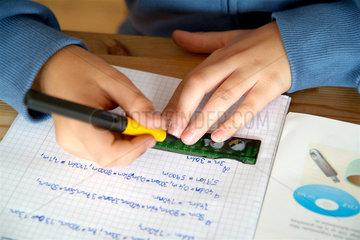 Junge bei den Schulaufgaben