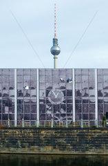 Berlin  Deutschland  die Temporaere Kunsthalle Berlin mit der Arbeit -Echo- und dem Fernsehturm in Hintergrund