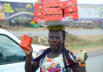 Schokoladenverkaeuferin in Accra