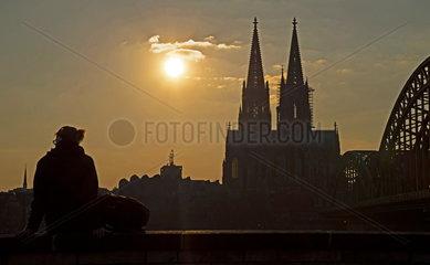 Sonnenuntergang am Koelner Dom und Hohenzollernbruecke.