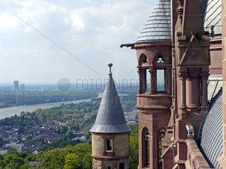 Feuerloescher und Blumenwase im Schloss Drachenburg bei Bonn