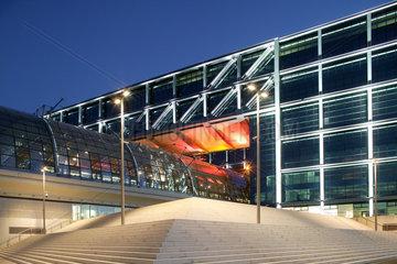 Berlin  Hauptbahnhof beleuchtet bei Daemmerung