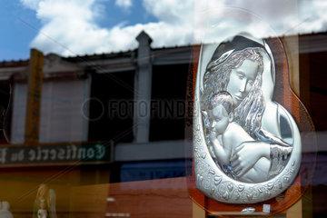 Lourdes: Marienbildnis in einem Schaufenster