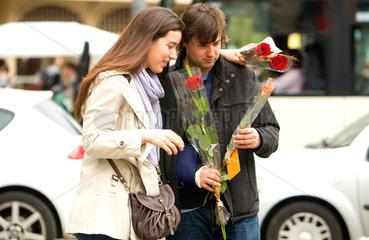 Barcelona  Spanien  ein Paar mit Rosen auf der Strasse am Sant Jordi Tag