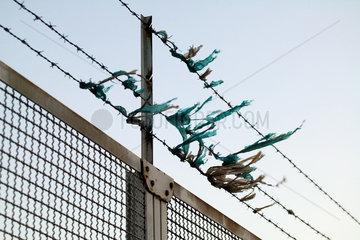 Hamburg  Fetzen aus Kunststoff haben sich im Zaun verfangen