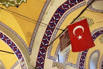 Tuerkische Nationalflagge im Grossen Basar von Istanbul