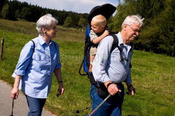 Grosseltern mit Enkel beim Wandern