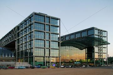Berlin  Hauptbahnhof bei Daemmerung