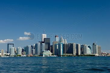 Toronto - Blick ueber den Lake Ontario zur Skyline des Bankenviertels