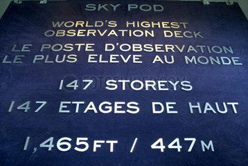 Toronto - Eine Tafel informiert ueber die Hoehe des Sky Pod im CN Tower