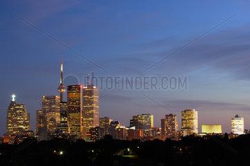 Toronto - Blick auf die Skyline mit Wolkenkratzern und CN Tower am Abend